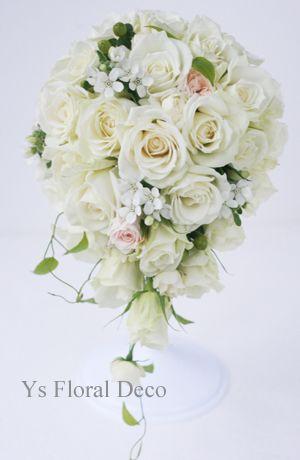 白バラを主体に、白い小花と淡いピンクのティアドロップブーケ ys floral deco @ペニンシュラホテル東京