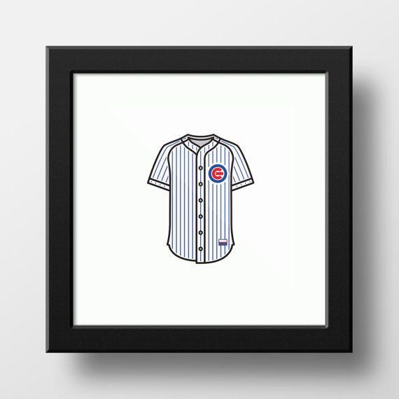 Affichez vos couleurs avec ce prendre emblématique du maillot Cubs de Chicago, récent champion du World Series de 2016.  Affiche est de 9 x 9 pouces Illustration est d'environ 4,5 pouces de long pour 3,5 pouces de largeur  Une fois encadrée, il est parfait pour être affiché dans les petits endroits ou parmi plusieurs images.