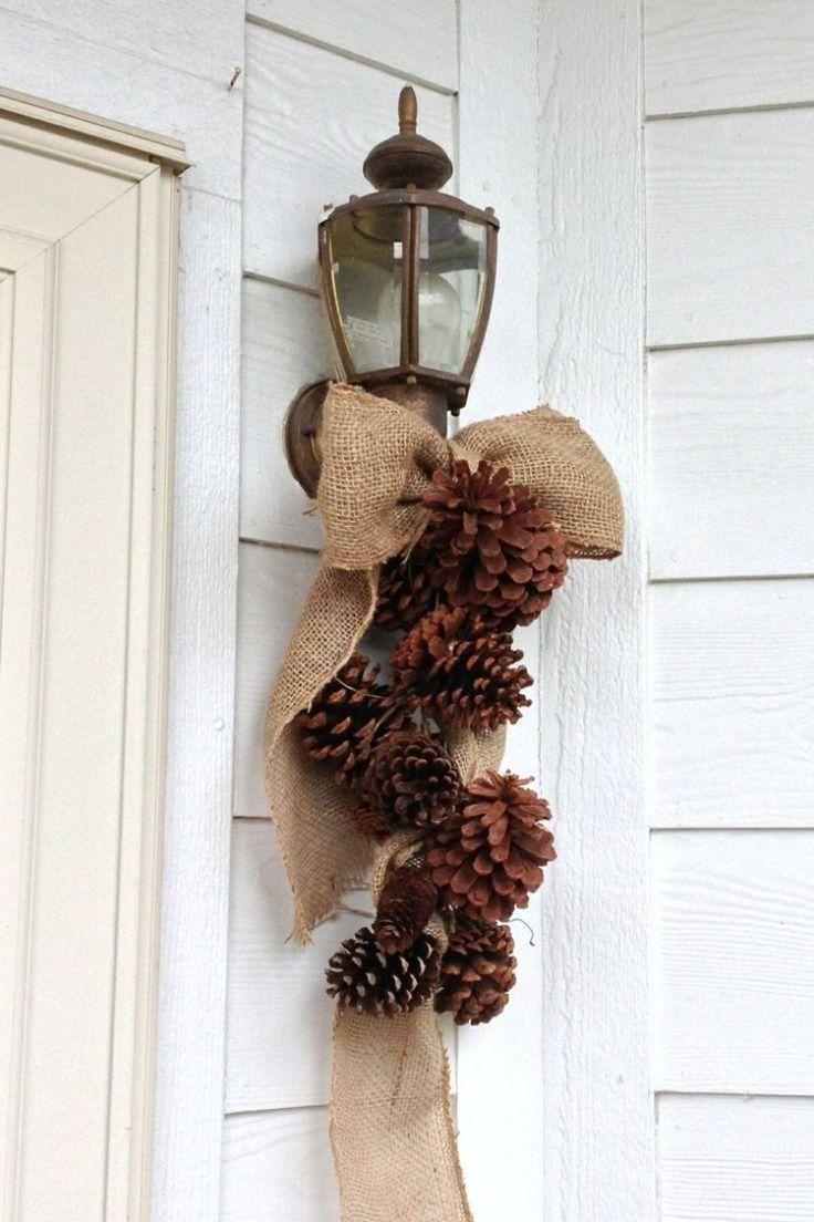 lazo con piñas depino para decorar la puerta