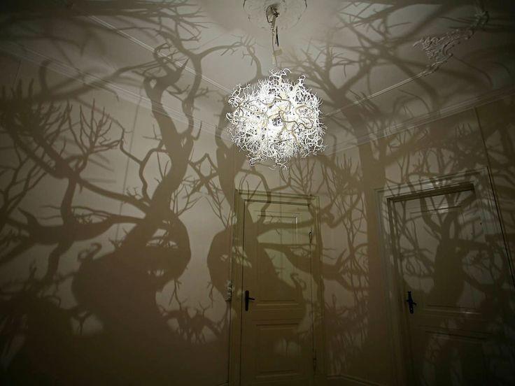 Jeu de lumières ! Grâce à sa forme, ce luminaire projette des ombres sur les murs, vous immergeant dans une forêt virtuelle.