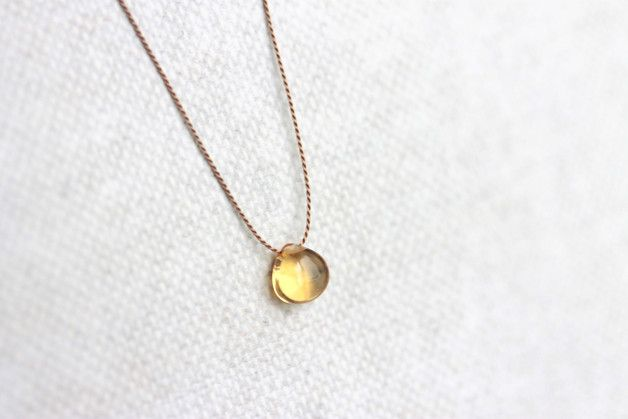 Zierlich-minimalistischer Schmuck, perfekt für Frühling und Sommer. Ein kleiner Edelstein ist auf sehr dünne Naturseide aufgezogen. Eine Kette, die man kaum auf der Haut spürt. Dieser Schmuck lässt...