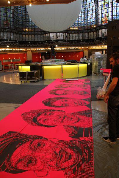 Opération Scratch Paper - impression noire sur papier fluo rose (5 euros ht le mètre linéaire) by Le 9ème Concept pour le Printemps