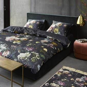 Wordt wakker in een bed vol bloemen met het Fleur dekbedovertrek van Essenza. Het stijlvolle dessin is geïnspireerd op de oudhollandse schilderkunst. Zo maak je van jouw slaapkamer een echt kunstwerk!