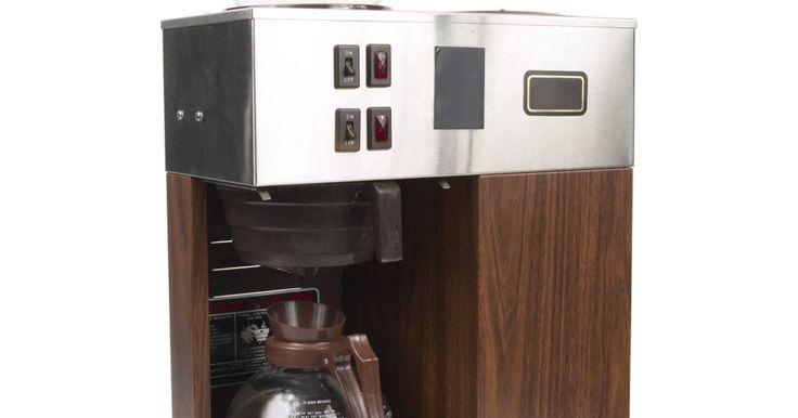 Como remover manchas de café queimado de uma jarra de vidro. Se você tem uma cafeteira com uma jarra de vidro e uma bandeja de aquecimento, poupará tempo se ficar de olho no interruptor de luz. Deixar o elemento de aquecimento ligado quando houver apenas uma camada fina de café na jarra vai queimar o líquido sobre o vidro. Restará uma mancha seriamente difícil de limpar. O café queimado não responde bem à ...