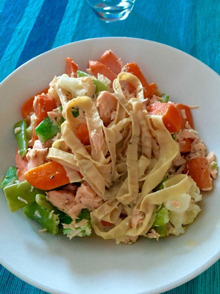 Laxgryta med sojabön-pasta  laxfilé, broccolimix, havre créme fraiche, salt, peppar och timjan. Bönpasta från Risenta! Väldigt smakligt