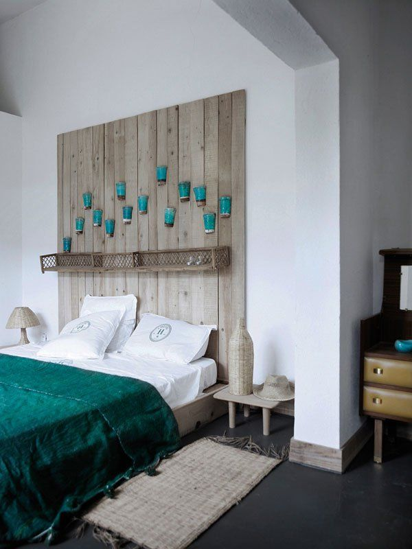 Wooden headboard with pots. A perfect headboard when you like the feel of the country. The hanging pots also look like they are perfect places for young flowers to grow.