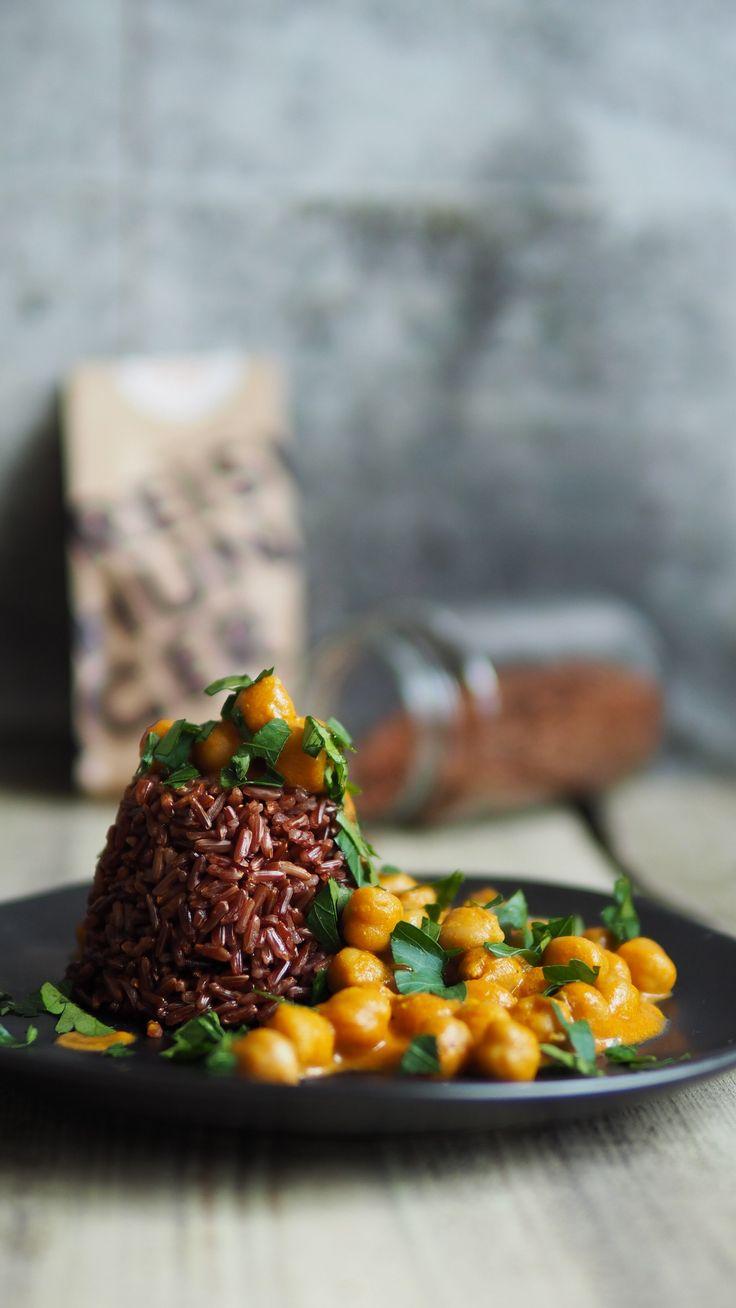 Perfektes Herbstgericht: veganes Kichererbsen Curry mit rotem Jasmin Reis. Schnell, einfach zubereitet, super lecker und gesund. Guten Hunger.
