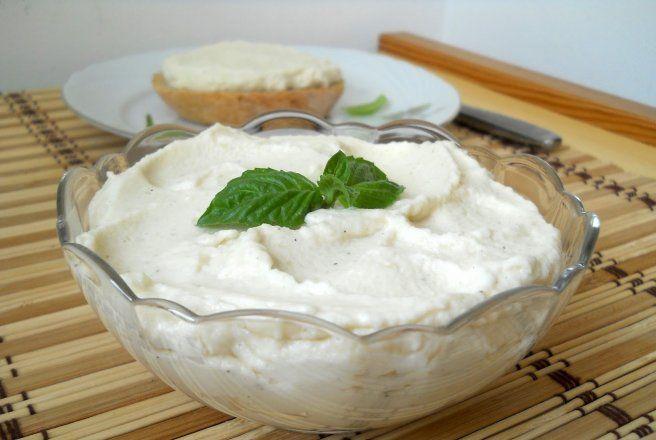 Puha kenyérrel, paradicsommal a legfinomabb! Reggelire, vacsorára fenséges szendvicskrém! Hozzávalók: 1 fej karfiol 5 gerezd fokhagyma 1 teáskanál citromlé 1,5 dl majonéz só, bors Elkészítése: A karfiolt sós vízben megfőzzük, majd leszű...