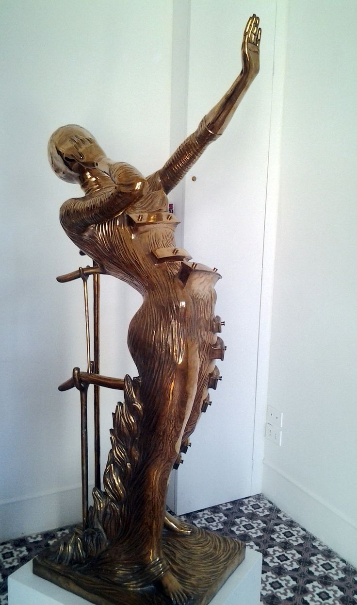 La donna in fiamme #donnainfiamme #womaninflames  Data: ideata e prima fusione 1980 Materiale: Bronzo Tecnica: cera persa Dimensione: 176 cm