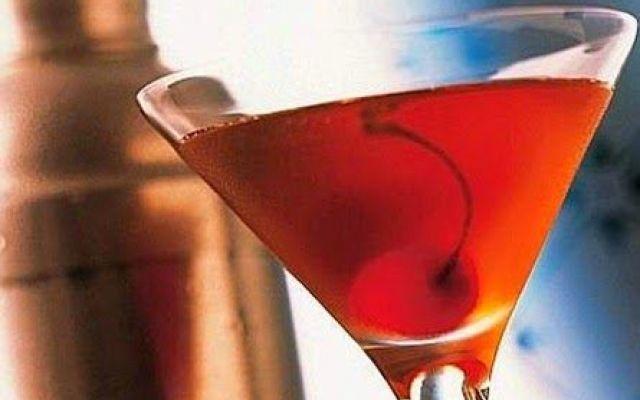 Il Manhattan è uno dei più famosi cocktail a base di whisky; si serve come aperitivo. #manhattan #cocktails #ricette #cucina