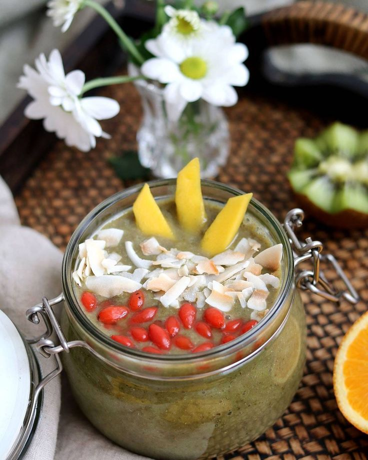 This #Spinach & banana #smoothie, topped with #mango, goji berries and yummy #coconut flakes is such great start of the day :)  Happy Thursday, loves....weekend is almost here 😉😄  .  #smoothies #smoothiebowl #smoothietime #vegan #eatclean #plantbased #plantpower #plantbaseddiet #veganbreakfast #ahealthynut #wimfdt