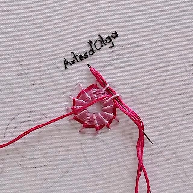 Mira cómo bordar flores en punto telaraña. Basic Hand Embroidery Stitches, Etsy Embroidery, Hand Embroidery Videos, Embroidery Stitches Tutorial, Embroidery Flowers Pattern, Creative Embroidery, Simple Embroidery, Silk Ribbon Embroidery, Hand Embroidery Designs