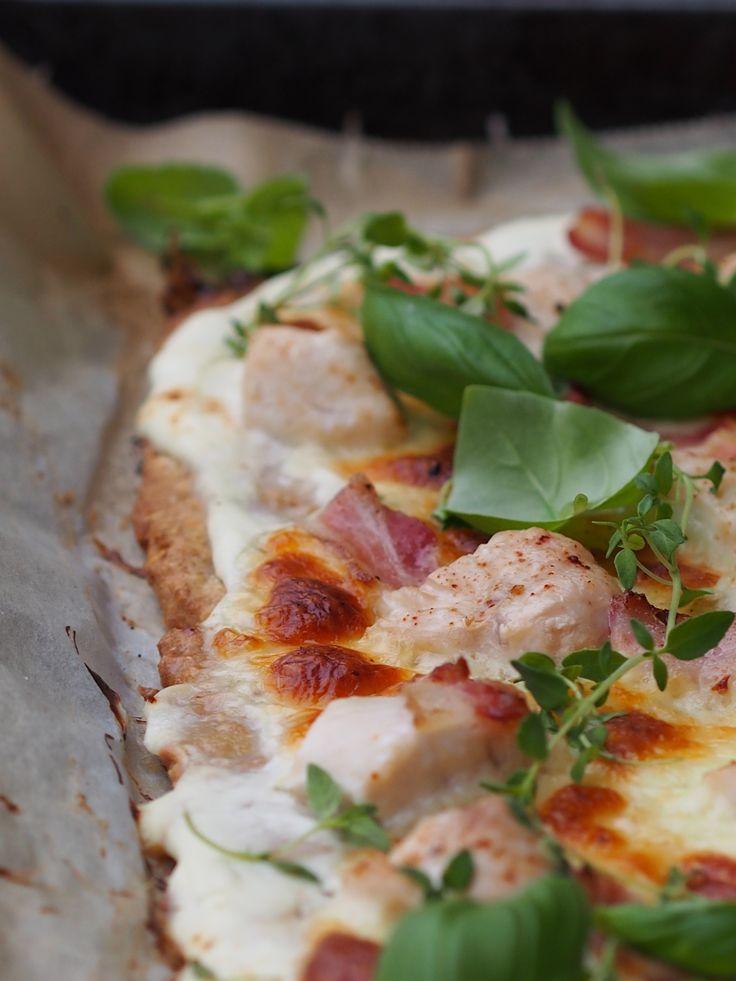 Hvit pizza med kylling og bacon