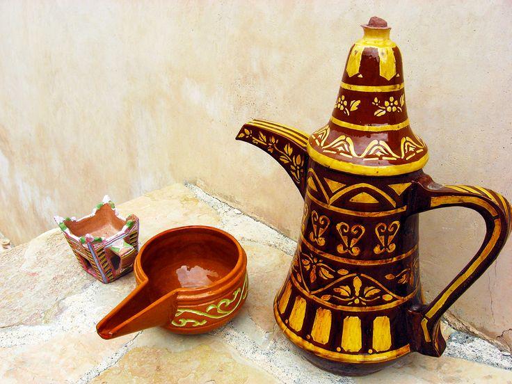 Gekruide koffie drinken is in Oman een favoriete activiteit om te ontspannen. De koffie wordt met hele kleine slokjes gedronken, zodat er erg lang over gedaan wordt! Ondertussen wordt er veel gepraat.