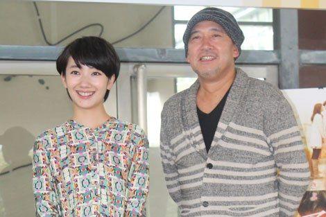 画像・写真|県庁職員らの出迎えを受けた波瑠と新城毅彦監督 1枚目