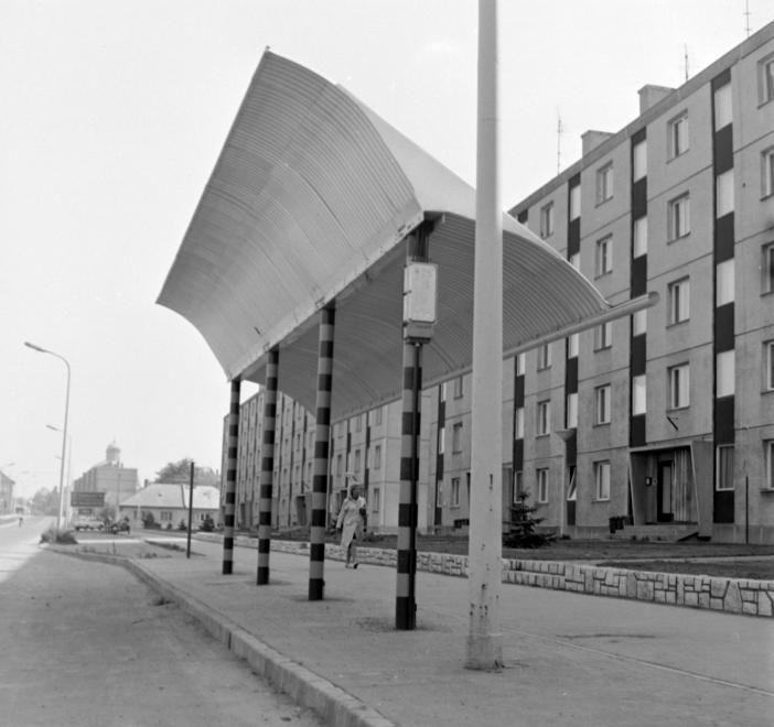 Tóvárosi (Münnich Ferenc) lakónegyed, Horvát István utca a Széchenyi utca felé, a távolban a Prohászka emléktemplom kupolatornya.