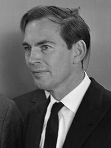 Christiaan Barnard - cardiac surgeon,  Hij werd wereldberoemd toen hij op 3 december 1967 in het Groote Schuur Ziekenhuis in Kaapstad als eerste een geslaagde harttransplantatie van mens op mens uitvoerde.