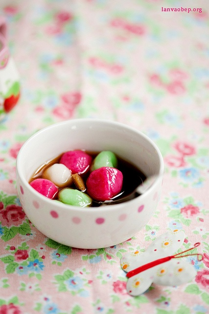 Colorful sticky rice balls in sugar syrup, via Flickr.Rice Ball, Colors Sticky, Parties Confetti, Sticky Rice, Sugar Syrup, Drinks Ideas, Food Props Styl