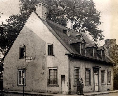Maison Georges-De Gannes. Cette maison porte le nom de Georges de Gannes (1705-1767), major des troupes de la marine française, qui l'a fait bâtir vers 1756. Il s'agit d'une résidence urbaine d'inspiration française et modifiée par la suite dans l'esprit néoclassique. Ce bâtiment classé est situé au cœur du site patrimonial de Trois-Rivières. © Ministère de la Culture et des Communications 1946 – Domaine public #RPCQ #TroisRivieres #50PatrimoineTR #TresTR