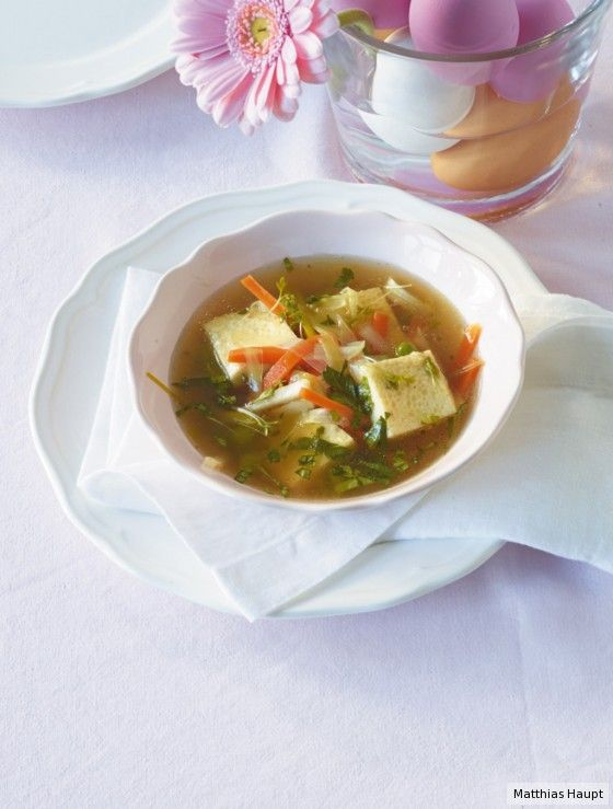 Ein herzliches Willkommen für unsere Oster-Gäste: kräftige Brühe, Gemüse und Eierstich.