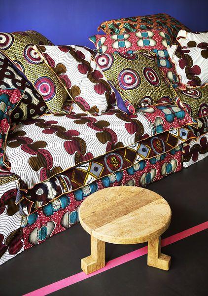 Canapé avec différents tissus traditionnels.