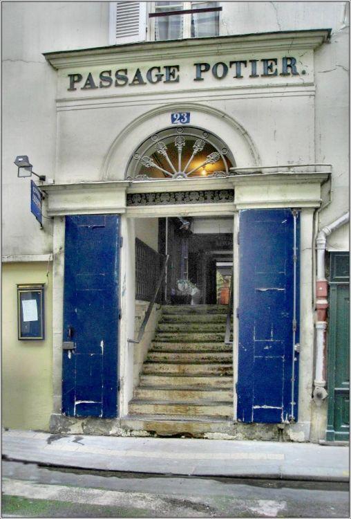 Passage Potier, Paris 1er I Il débute au 23 rue de Montpensier et se termine au 26 rue de Richelieu, 16 m à l'ouest. Large de 3 m, il est perpendiculaire à ces deux voies. Le passage s'ouvre à ses extrémités par deux portes et traverse directement les immeubles. Le centre du passage est brièvement situé à l'air libre, entre les immeubles qui l'entourent. un des 4 passages qui relient les rues de Montpensier et de Richelieu à travers les immeubles