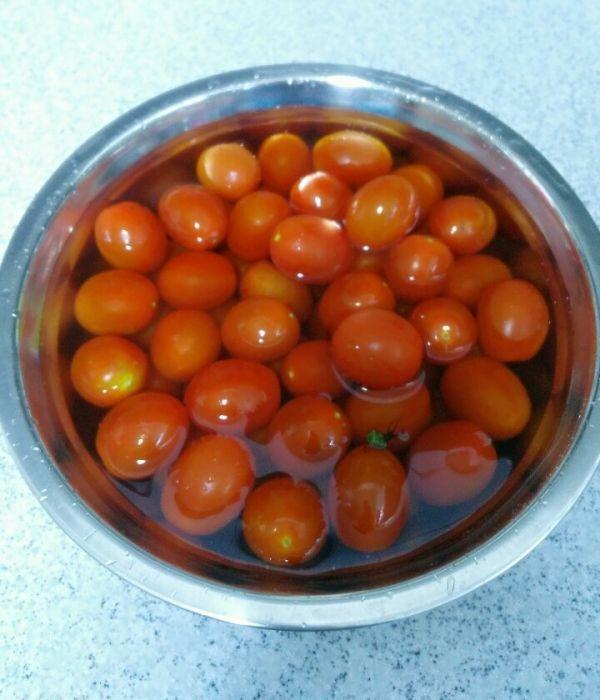 토마토로 무엇을 만들까요??쥬스,퓨레,소스,케첩재료: 방울토마토 900g,양파1개*토마토 사용가능1.토마토 꼭지를 제거하고 식촛물에 담갔다가 깨끗이 씻는다.http://cafe.naver.com/hongac2.양파를 대충 썰어 냄비 바닥에 깔아준다.3. 토마토를 넣고 중불로 끓이다가 물이 생기면 약불로 줄여 끓인다.4.양파가 익으면 불을 끈다.(중간에 토마토를 으깨주었어요)*? 쥬스: 체에 건더기 걸러내고?1컵에 올리브유1T 넣어 마신다.?* 퓨레: 건더기 걸러낸 물을 다시 끓인다.*? 홍아C는 토마토 케첩을 만들었답니다.(체에 거르지 않%E