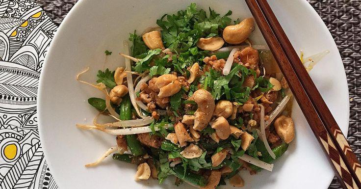 Faire chauffer un peu d'huile d'arachide* dans un wok à feu moyen élevé. Faire sauter les haricots verts pendant 2 minutes. Ajouter les oignons et faire sauter 5-6 minutes de plus. Ajouter le poulet en le défaisant à la fourchette. Diminuer le feu si nécessaire et faire sauter 6-7 minutes ou jusqu'à ce que le poulet soit presque cuit. Ajouter la sauce hoisin et faire sauter jusqu'à ce que la sauce soit bien absorbée. Retirer du feu, ajouter quelques poignées de fèves germées et servir.  *En…