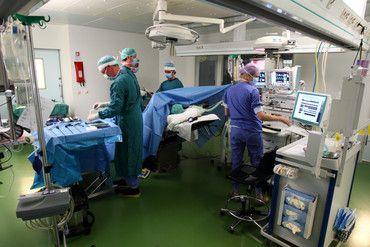 Máxima Medisch Centrum (MMC) staat vanaf 1 april een maand lang in het teken van brandveiligheid. In deze maand vinden er 24 ontruimingsoefeningen plaats in de operatiekamers van MMC, verdeeld over 8 dagen en 2 locaties. Ruim 200 operatie-assistenten, anesthesiemedewerkers en medisch specialisten nemen deel aan deze ontruimingsoefeningen die de realiteit van een echte calamiteit benaderen. #ziekenhuis