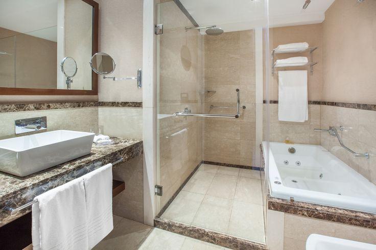 Todas las habitaciones en Wyndham Nordelta cuentan con conexión Wi Fi gratuita, TV LED por cable, caja de seguridad, minibar, baño privado con hidromasaje, ducha, secador de pelo y amenities de primera calidad.