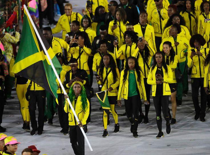 Cerimônia de abertura da Olimpíada - 5/8/2016 Com os cabelos tingidos, a velocista Shelly-Ann Fraser carrega a bandeira da Jamaica. Ela conquistou duas medalhas de ouro nos 100m nas Olimpíadasimagem: Matt Slocum/AP