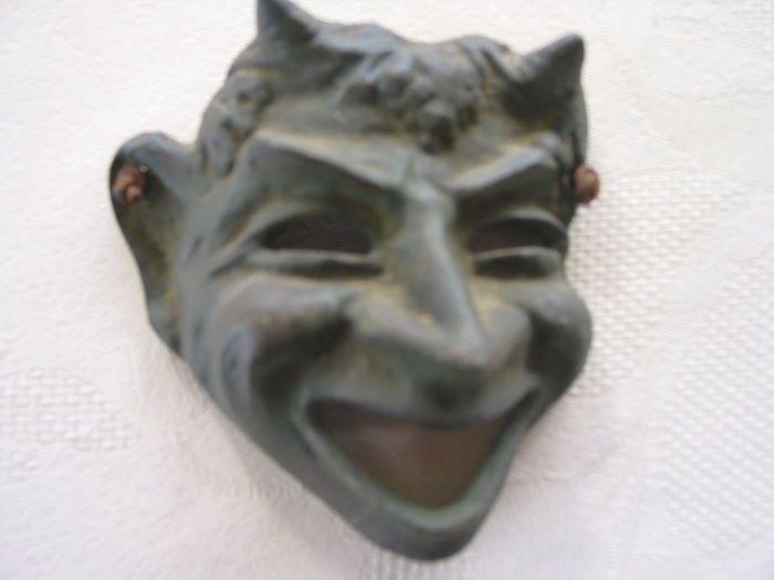 Vijf maskers in brons uit de griekse mythologie - exacte ouderdom onbekend.