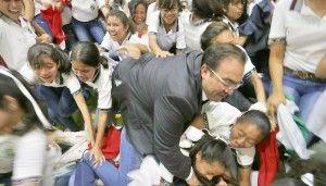 1. Javier Duarte se cae sobre unos niños en Veracruz  Javier Duarte de Ochoa, Gobernador de Veracruz, sufrió una caída durante la inauguración de un gimnasio escolar en la ciudad de Córdoba, lo que causó la mofa de los asistentes, la mayoría niños. En una gira de trabajo por la zona centro de Veracruz, […]