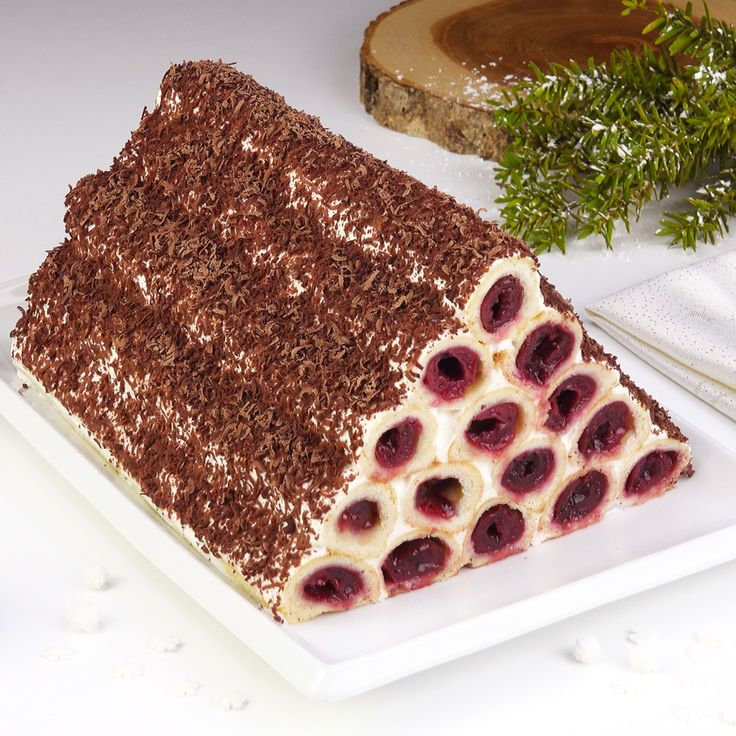 Wer Kirschkuchen mag, wird gerne diese Pyramide ausprobieren wollen: sie ist nicht nur ein absoluter Hingucker auf dem Kaffeetisch, sondern schmeckt auch umwerfend gut! #kirschkuchen #kirschkuchenpyramide #kirschpyramide #kirschen #sauerrahm #backen #kuchen #rezept #rezepte