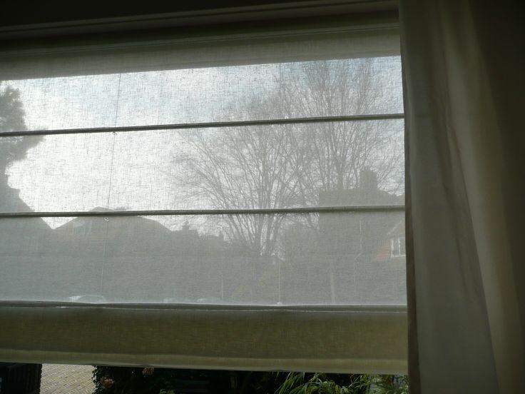 Het in-between vouwgordijn in linnenlook vanaf de binnenkant; je kunt overdag gewoon naar buiten kijken....