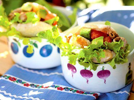 Kycklingsallad med halloumi i pitabröd | Recept.nu