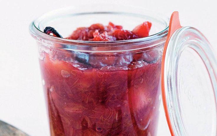 Hjemmelavet rabarber marmelade med vanilje er god på morgenbordet.