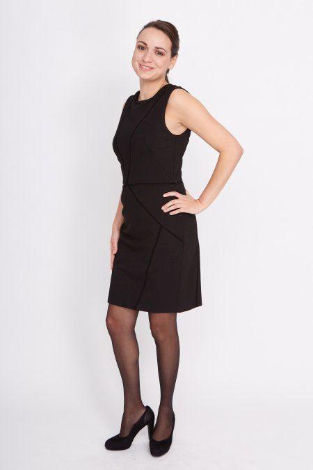 Dit superchique zwarte jurkje heeft opengewerkte kanten details, een ronde hals en is mooi getailleerd. Het jurkje heeft een rits aan de achterkant, zodat het gemakkelijk aan en uit te trekken is. De jurkheeft een voering.  Het model is 1.64 meter en draagt maat S.