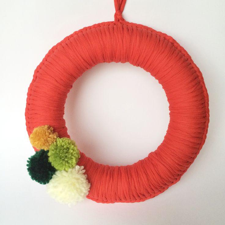 Corona de Navidad de trapillo y pompones de lana de colores #corona #navidad #wreath
