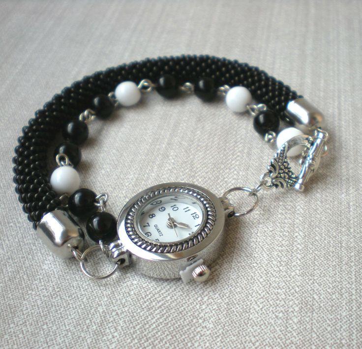 Černá+a+bílá+Jemné,+elegantní,+trochu+jiné+...+hodinky+i+náramek+...hodinky+zn.+Quartz+ve+stříbrném+lůžku+s+bílým+ciferníkem+jsou+připevněny+na+háčkované+dutince+z+černého+rokajlu+a+na+řetízku+z+bílých+a+černých+mačkaných+korálků.+Komponenty+jsou+z+bižuterního+kovu+stříbrné+barvy.+Hodinky+mají+americké+ozdobné+zapínání+také+v+barvě+stříbrné....