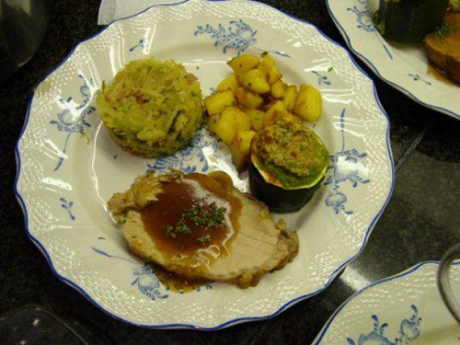 Varkensgebraad met witte kool, gevulde courgette en gebakken spekaardappelen , recept , vleesgerechten • Gette