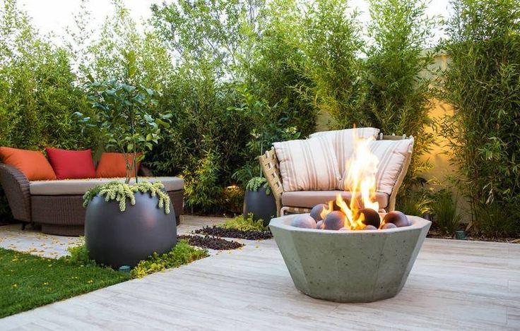 Kleiner-Garten-Sitzecke-Feuerschale-Beton-Pflanzkuebel