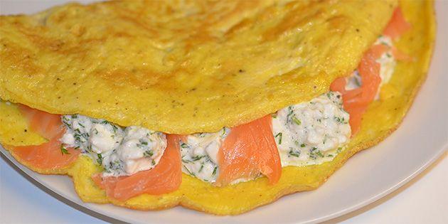 Nem og sund omelet med en lækker kombination af røget laks, cremet hytteost og finthakkede krydderurter.