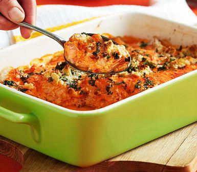 Ta genvägen över frysta fisktärningar nästa gång du lagar fiskgratäng. Toppa med paprikaröran ajvar relish blandad med crème fraiche och strö över persilja, brödsmul och parmesan. Turbosnabbt och supergott!