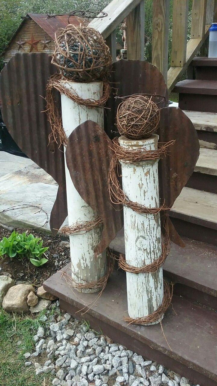 Garten-Engel aus rostigem Blechdach und Upcycled-Hauspfosten.