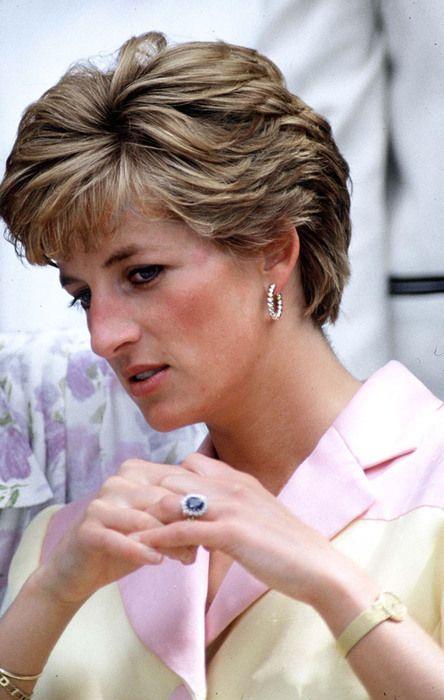 Lady Di com o seu anel de noivado