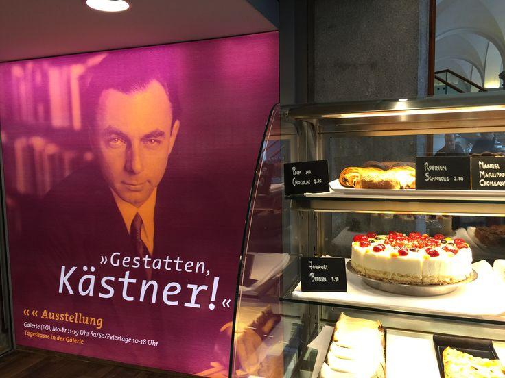 Vor der Erich Kästner-Ausstellung in der Galerie des Literaturhauses München und neben der Kuchentheke der Brasserie OskarMaria #synergieeffekte #kuchen #gestattenkaestner (Foto: Alke Müller-Wendlandt)