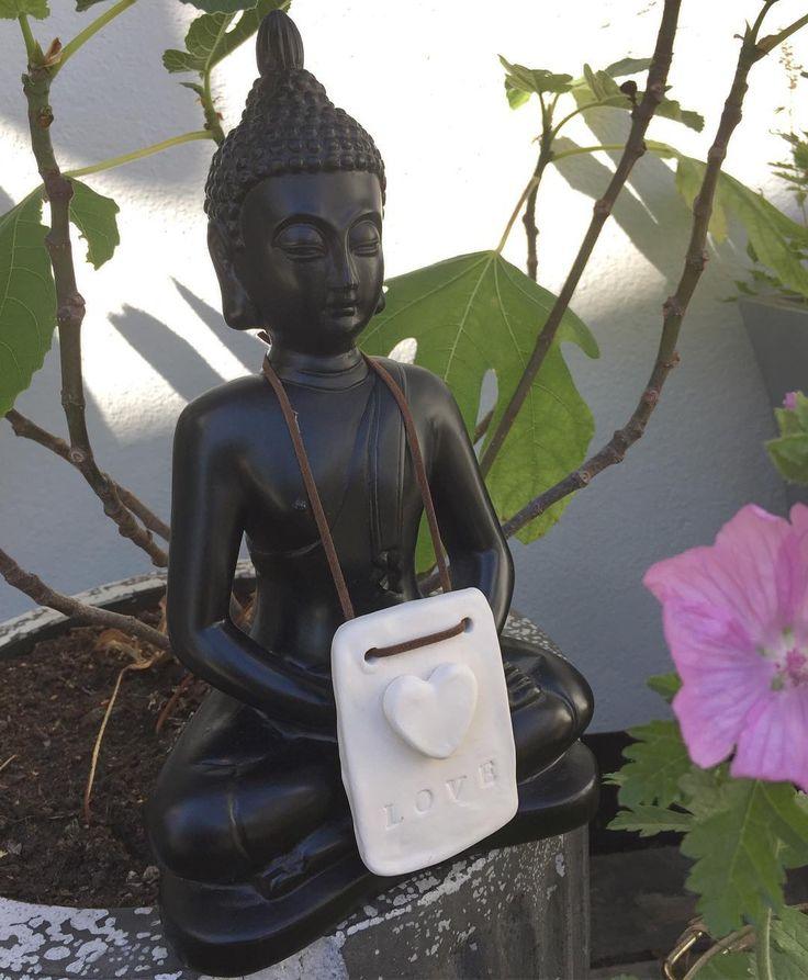 Min elskede Buddha har fået duftende kærlig om halsen... Håndlavede Duftsten med hjerte og læderophæng - se alle de nye duftsten i shoppen Link i profil #webshop #duftsten #aromaterapi #æteriskeolier #dufttilhjemmet #hjerte #kærlighed #buddha