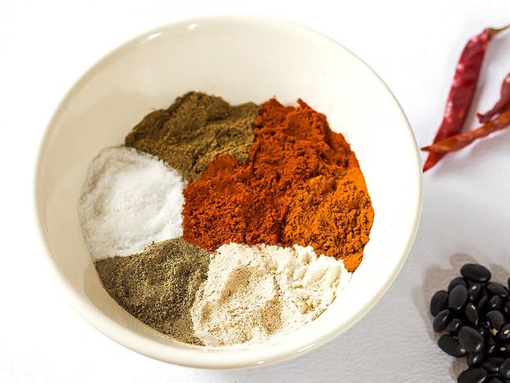 This awesome homemade Chili Seasoning mix comes in super handy for making anything from chilis, tacos and even roasted vegetables. Skip the store-bought packets together with the additive and preservatives and make your own gluten free chili spice mix from scratch with ingredients you probably already have in your pantry! Recipe | Dinner | Soup | Healthy | Home Made | DIY | Best | Gluten free | How to make | Easy | Spicy | Paleo | Whole 30 | Simple | Clean | Ground Beef | Taco | Spices