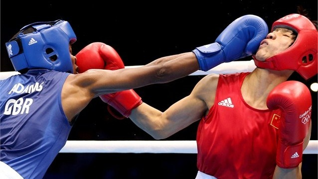 Nicola Adams of Great Britain punches Ren Cancan of China #boxing